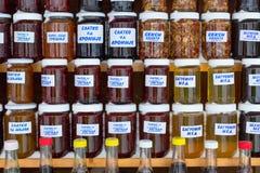 I barattoli del miele e dell'inceppamento fatti di varia frutta scrive dentro il mercato di specialità, Serbia Fotografie Stock