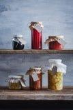I barattoli del mirtillo inscatolato casalingo e sono aumentato inceppamenti, marmalad arancio Fotografia Stock