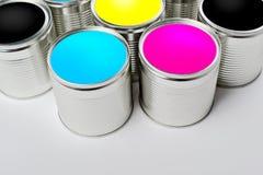 I barattoli di latta della pittura di colore di CMYK hanno aperto la vista superiore Immagine Stock Libera da Diritti