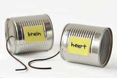 I barattoli di latta telefonano con corda rotta ed il cuore ed il cervello di parole fotografie stock
