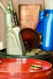 I barili da olio rossi in automobile del garage del meccanico assistono o comperano Fotografie Stock Libere da Diritti