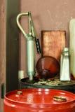 I barili da olio rossi in automobile del garage del meccanico assistono o comperano Fotografie Stock