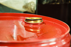 I barili da olio rossi in automobile del garage del meccanico assistono o comperano Fotografia Stock Libera da Diritti
