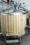 I barilotti con legno sistemato per fermentazione della birra hanno allineato in prodotto Immagini Stock