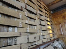 I barilotti di birra di Repurposed fanno una parete unica Immagine Stock Libera da Diritti