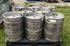 I barilotti di birra su un pallido aspettano per trasportare Fotografia Stock