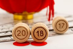 I barilotti di legno del lotto con i numeri di 20 e di 18 sostituiscono 17 come nuovi Immagini Stock Libere da Diritti