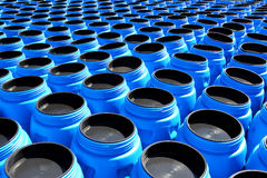 I barilotti di plastica dell'azzurro per i prodotti chimici Fotografia Stock