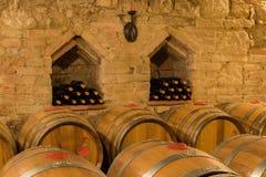 I barilotti di vino e imbottiglia una cantina tradizionale Immagine Stock