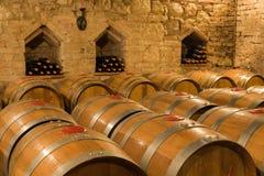 I barilotti di vino e imbottiglia una cantina tradizionale Fotografie Stock