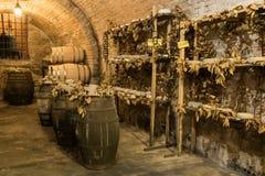 I barilotti di vino ed il formaggio di pecorino formaggi italiani a pasta dura fatti dal ` s della pecora mungono in una cantina  Fotografie Stock Libere da Diritti