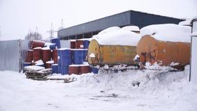 I barilotti si trovano nella via in un impianto per il trattamento dei rifiuti stock footage