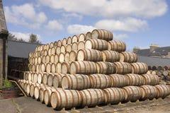 I barilotti stcked nella distilleria fotografie stock libere da diritti