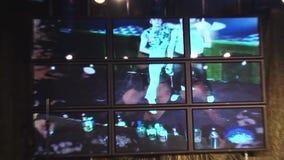 I baristi manipolano insieme la bottiglia al supporto della barra in night-club intrattenimento Faccia il cocktail Reggiseno dell video d archivio
