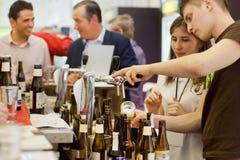 I baristi versa la birra da un barile in pub occupato Immagine Stock Libera da Diritti