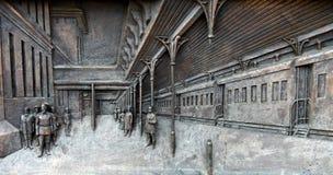 I bassorilievi del piedistallo del monumento a Savva Mamontov vicino alla conduttura di Yaroslavl della stazione ferroviaria immagine stock libera da diritti