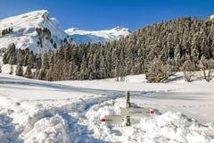 I bastoni del cartello della traccia di escursione da neve profonda nell'inverno delle montagne abbelliscono il giorno soleggiato Immagini Stock Libere da Diritti