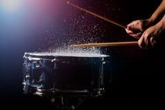 I bastoni del tamburo stanno colpendo fotografie stock libere da diritti