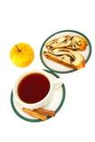 I bastoni di cannella del tè rotolano con i semi e la mela di papavero Fotografia Stock