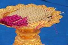I bastoni di incenso sono depositati in una ciotola (Tailandia) Fotografia Stock