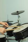 I bastoni di legno battono i tamburi Immagini Stock
