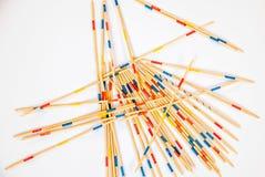 I bastoni di Mikado hanno sparso su fondo bianco - 6 immagine stock
