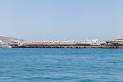 I battelli da diporto hanno allineato in una fila sul porto della banchina Immagine Stock Libera da Diritti