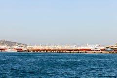 I battelli da diporto hanno allineato in una fila sul porto della banchina Fotografie Stock Libere da Diritti
