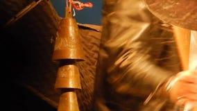 I batteristi passa il gioco della più campana della mucca - fase della montagna del ` s di NPR video d archivio