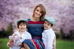 I bei bambini e mamma in primavera parcheggiano, fioriscono e presentano Mothe Fotografia Stock Libera da Diritti