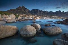 I bei campi abbaiano dalle rocce a penombra immagini stock