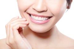 I bei denti della giovane donna si chiudono su Fotografia Stock