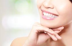 I bei denti della giovane donna si chiudono su Immagini Stock