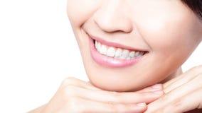 I bei denti della giovane donna si chiudono su Immagini Stock Libere da Diritti