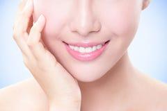 I bei denti della giovane donna si chiudono su Immagine Stock Libera da Diritti