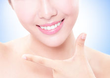 I bei denti della giovane donna si chiudono su Immagine Stock