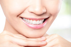 I bei denti della giovane donna si chiudono su Fotografie Stock