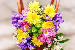 I bei fiori dell'estate e della primavera si trovano sulla borsa sulle mattonelle del fondo Fotografia Stock Libera da Diritti