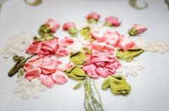 I bei fiori hanno ricamato il nastro Cucito, artigianato Primo piano, fuoco selettivo immagine stock libera da diritti