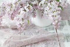 I bei fiori viola lilla freschi su un fondo di legno Fotografie Stock