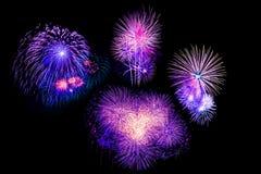 I bei fuochi d'artificio variopinti del fuoco d'artificio hanno messo per la celebrazione felice Fotografia Stock Libera da Diritti