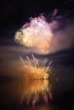 I bei fuochi d'artificio variopinti sull'acqua sorgono con un fondo nero pulito Concorso di festival e dell'internazionale di div Fotografie Stock