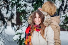 I bei giovani caucasici hanno la gioia di felicità ed il divertimento nell'inverno in una foresta nevosa scolpisce per fare le ma fotografia stock