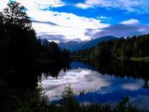 I bei specchi del lago Matheson, Nuova Zelanda Fotografia Stock