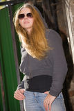 i bei vetri della ragazza espongono al sole i giovani fotografia stock libera da diritti