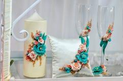 I bei vetri di nozze sono sulla tavola Accessori di nozze Immagini Stock
