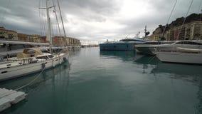 I bei yacht costosi stanno nel porto sul mare stock footage