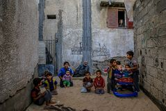 I belägrade Gaza försvårar armod barnundernäring royaltyfria bilder
