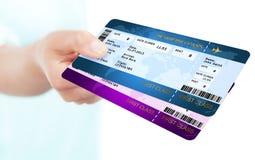 I biglietti del passaggio di imbarco holded a mano sopra fondo bianco Immagini Stock Libere da Diritti