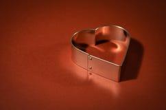 I biglietti di S. Valentino cardano con forma del cuore su fondo rosso vivo Fotografia Stock